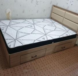 Двуспальная и односпальные кровати. Полутора-спальные кровать.